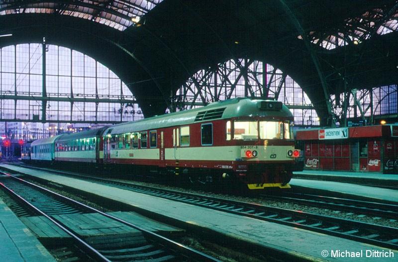 Bild: In Praha hl. n. machten wir Nachtaufnahmen.  Den Anfang macht der 854 207.