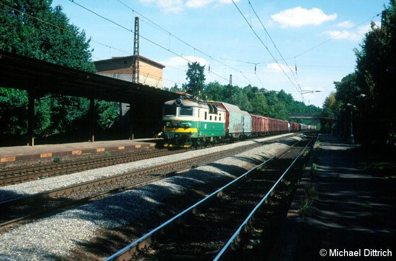 Bild: Mit einem Güterzug durchquert die 130 035 den dreigleisigen Bahnhof Praha-Klanovice.