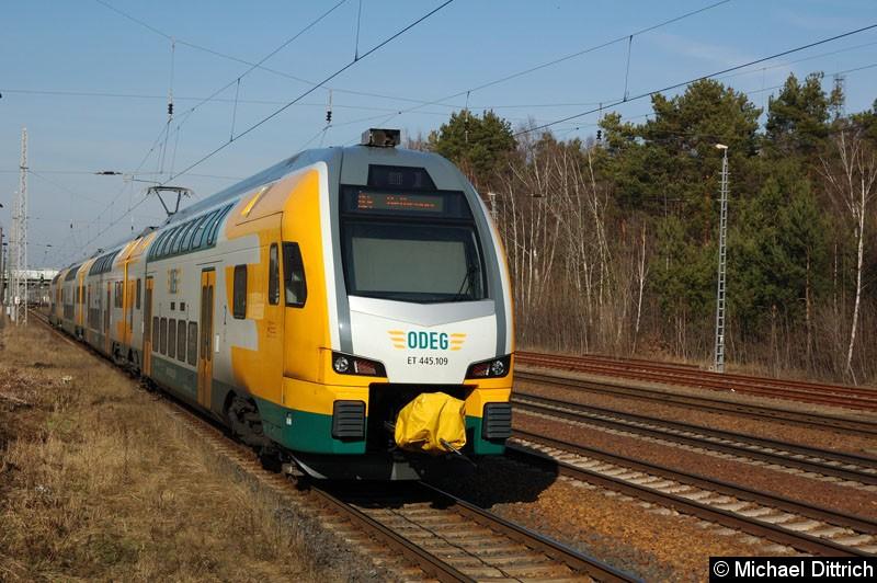 Bild: ET 445.109 als RE 4 beim Verlassen Bahnhof Ludwigsfelde.