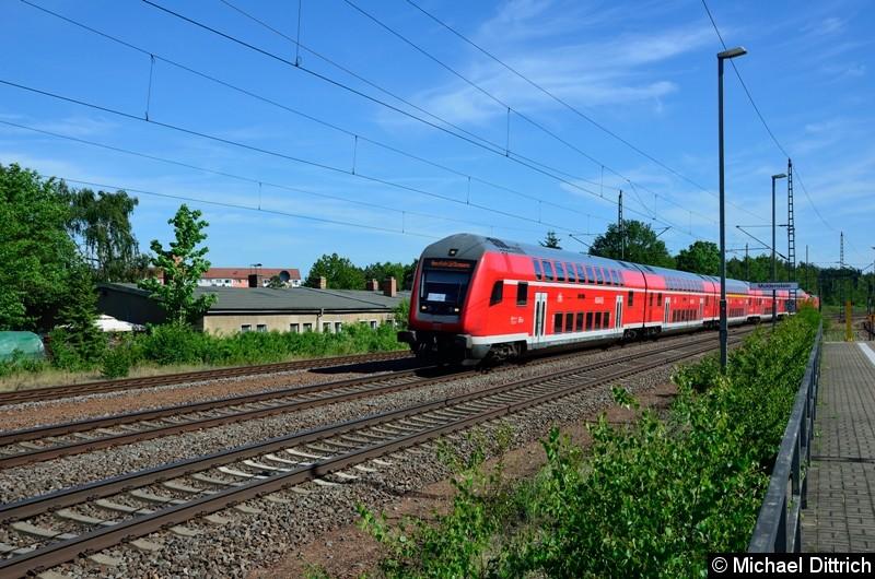 182 021 schiebt einen der Kirchentagssonderzüge durch Muldenstein.