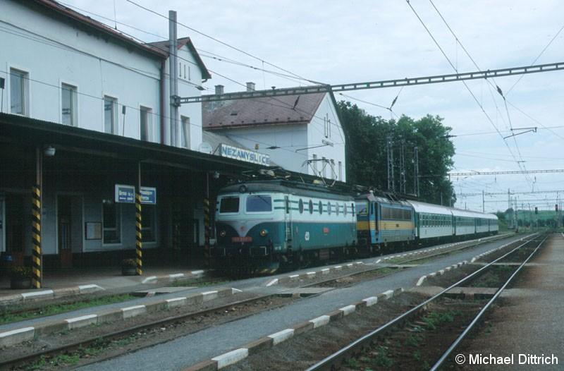 Bild: Die 140 094 mit dem R 952 der eine defekte 363 hatte, in Nezamyslice.