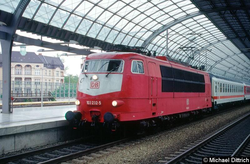 Bild: 103 232 in Berlin-Spandau, am Haken hat sie den IR 2731 nach Flensburg.