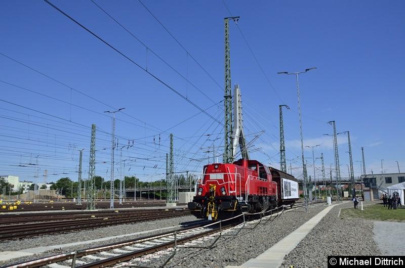 261 024 mit einem Güterwagen zur Eröffnung des Güterbahnhofs Halle (Saale).