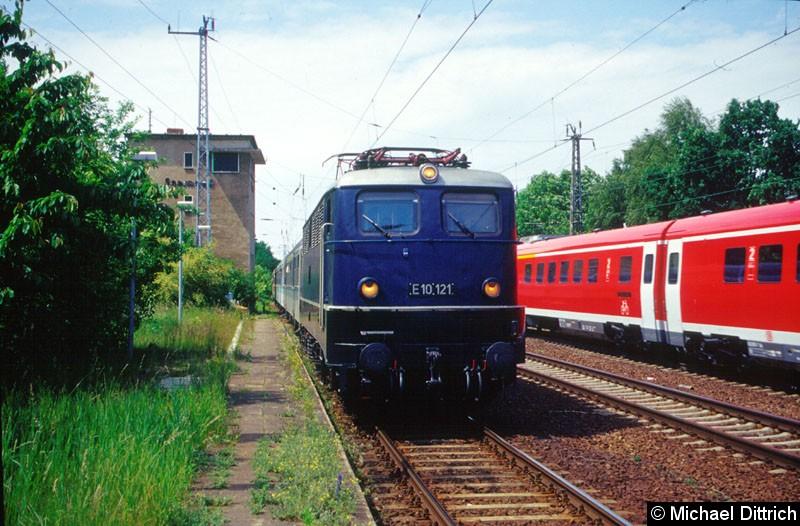 Bild: E10 121 fährt mit einem Sonderzug durch den Bahnhof Saarmund.