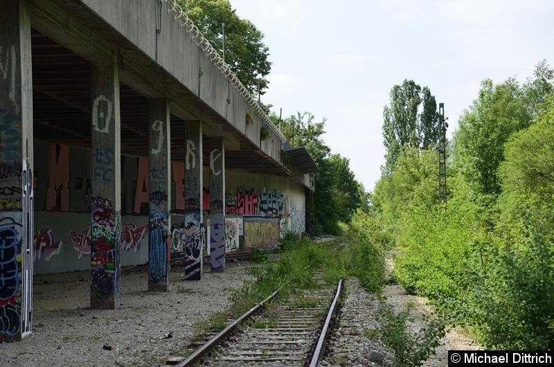 Bild: Blick auf die Durchfahrt unter dem Zugangsgebäude. Links fuhren früher Züge durch. Das Gleis ist komplett entfernt.