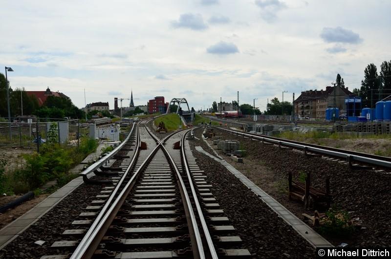 Blick vom Bahnsteig D auf die Gleise aus Richtung Lichtenberg bzw. Rummelsburg.
