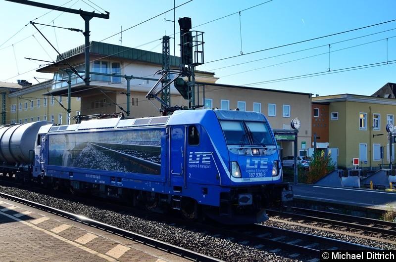 187 930 mit einem Güterzug bei der Durchfahrt in Fulda.