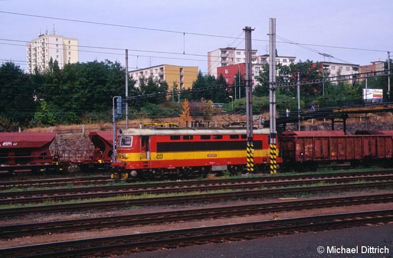 Bild: In Karlovy Vary traf ich das erste mal auf eine 242.  Hier die 242 240 mit einem Güterzug.