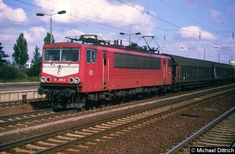 Bild: Mit einem Güterzug machte die 155 019 in Flughafen Berlin-Schönefeld eine kleine Pause.