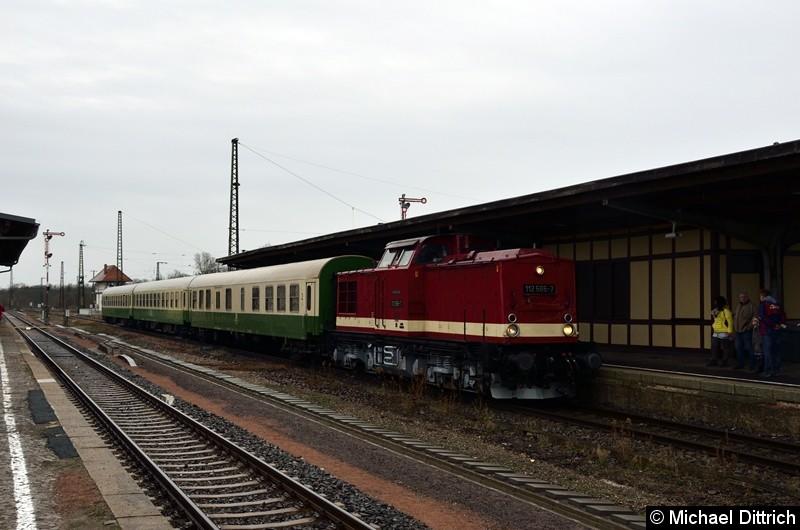 112 565-7 hat mit ihrem Sonderzug den Bahnhof Köthen erreicht. Hier finden ab Mai 2019 umfangreiche Baumaßnahmen statt, wo auch die Formsignale im Hintergrund verschwinden werden.