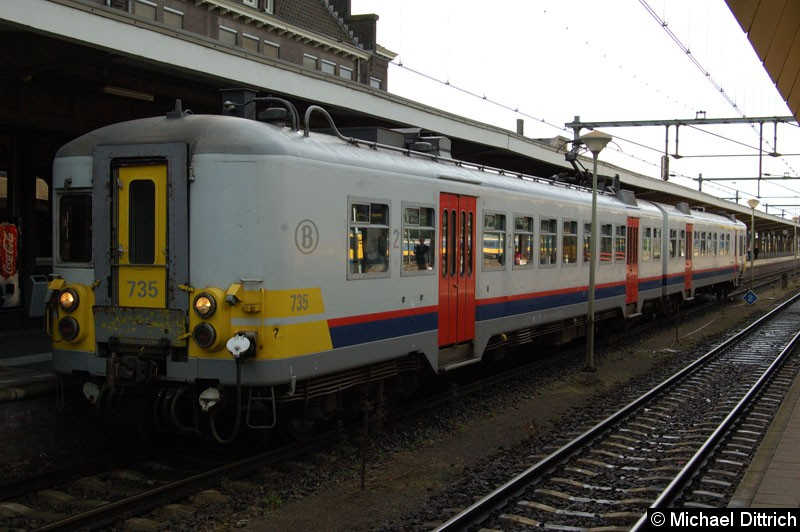 Bild: Der belgische Triebwagen 735 fährt als Nahverkehrszug zurück nach Liège-Guillemins.