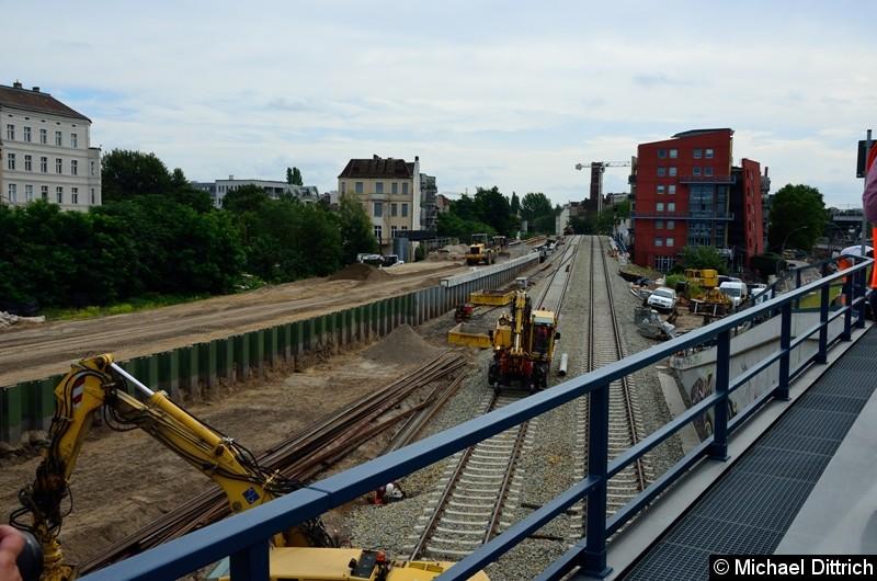 Da die S-Bahn an der Stelle tiefer geht als die Regionalbahn, musste eine Wand aufgestellt werden.