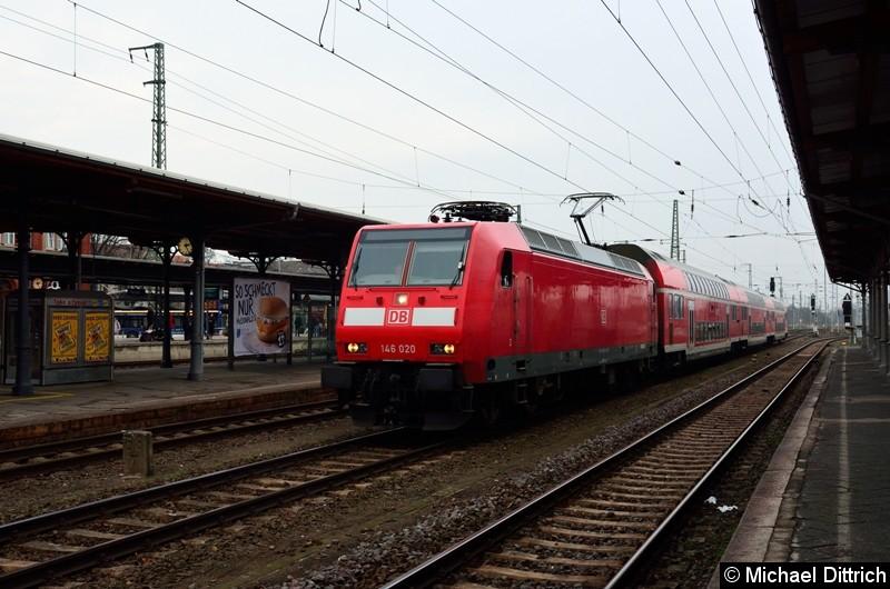 146 020 durchfährt den Bahnhof Stendal als Leerzug.