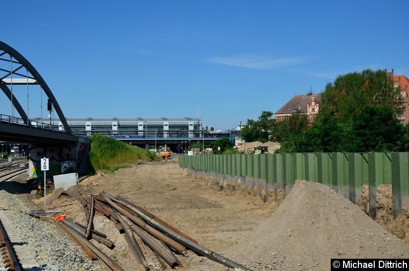 Noch einmal ein Blick in Richtung Ostkreuz. Hier geht es zu den Regionalbahnsteigen und zum zweiten Gleis in Richtung Warschauer Straße für die S-Bahn.