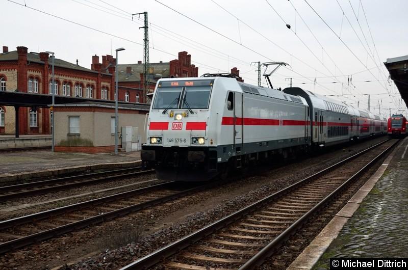Als IC nach Köln ist die 146 575-6 unterwegs. Eigentlich kommt dieser Zug in Stendal nicht vorbei, er wurde wegen Bauarbeiten umgeleitet.