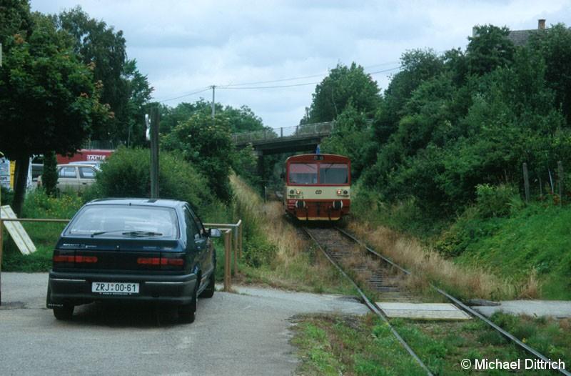 Bild: 810 124 bei der Einfahrt in Velke Mezirici zastavka.