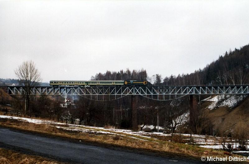 Bild: Eine riesige Brücke und ein so kleiner Zug auf ihr.  SP 32-071 zieht ihren Os 8032 über diese Brücke in Ludwikowice Klodzkie.