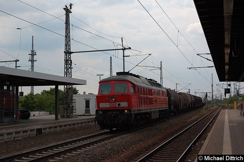 Bild: 233 525 mit einem Güterzug bei der Durchfahrt in Nauen.