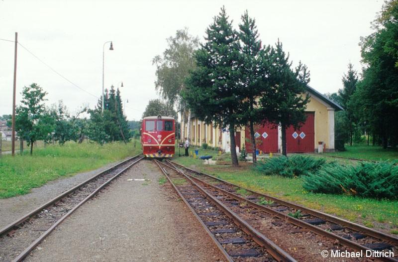 Bild: Am anderen Ende der Strecke in Osoblaha setz die 705 916 wieder um.  Rechts im Bild ist ein Lokschuppen der Bahn.