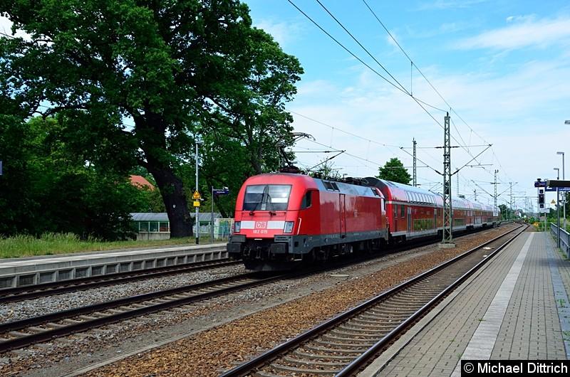 Nach der Mittagspause in Gräfenhainichen: 182 015 schiebt ihren Sonderzug nach Pratau.