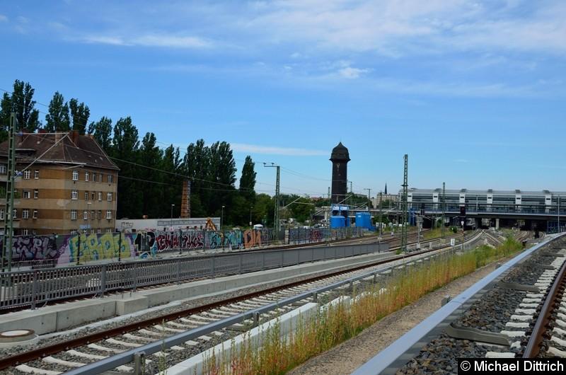 Direkt neben dem Autor kommt das Gleis Richtung Rummelsburg hoch. Daneben befinden sich die Fernbahngleise.