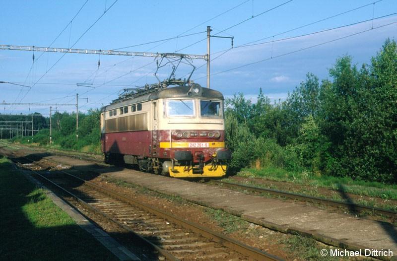 Bild: 242 261 durchfährt den Bahnhof Donjov.
