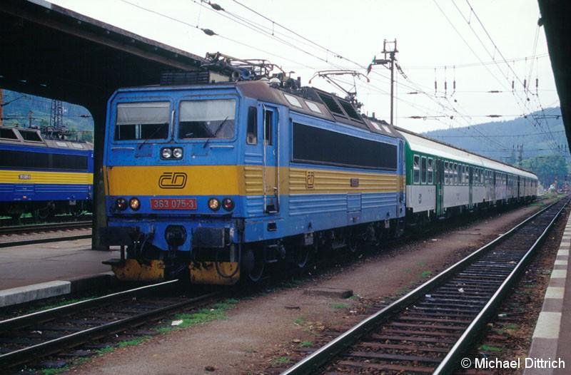 Bild: Die CD verfügen über zwei verschiedene Stromsysteme: Einem Gleichstromnetz mit 3000 V und einem Wechselstromnetz mit 25 kV und 50 Hz.  Um in beiden Netzen fahren zu können, wurde unter anderem die Baureihe 363 beschafft.  Hier die 363 075 mit einem Zug in Richtung Brno in Ceska Trebova.