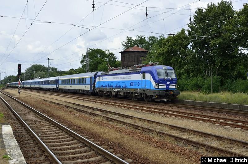 193 291 durchfährt hier mit dem EC 177 den Bahnhof Zossen.