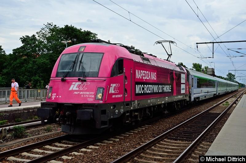 370 006 der PKP mit einem EC aus Warschau bei der Durchfahrt in Berlin Karlshorst.