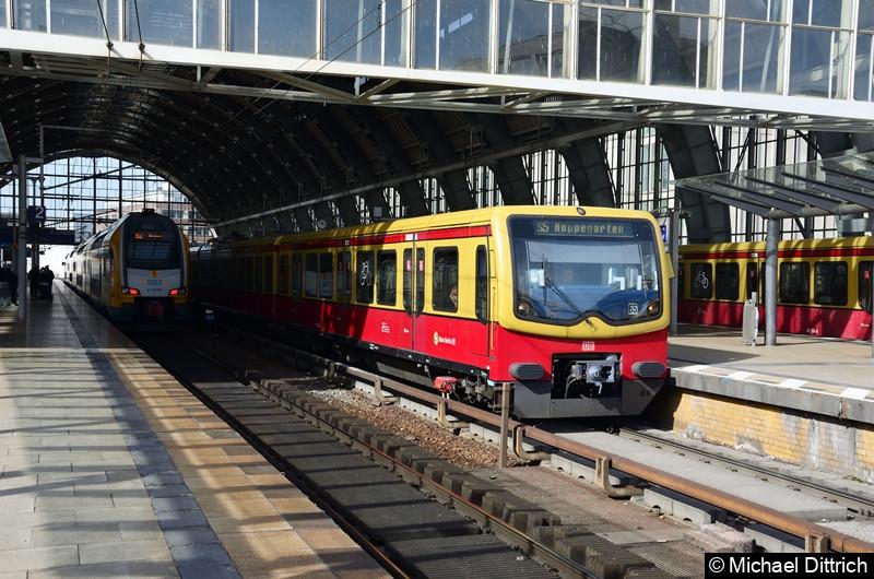 481/482 222 + 481/482 292 + 481/482 442 + 481/482 270 als Linie S5 im Bahnhof Alexanderplatz.