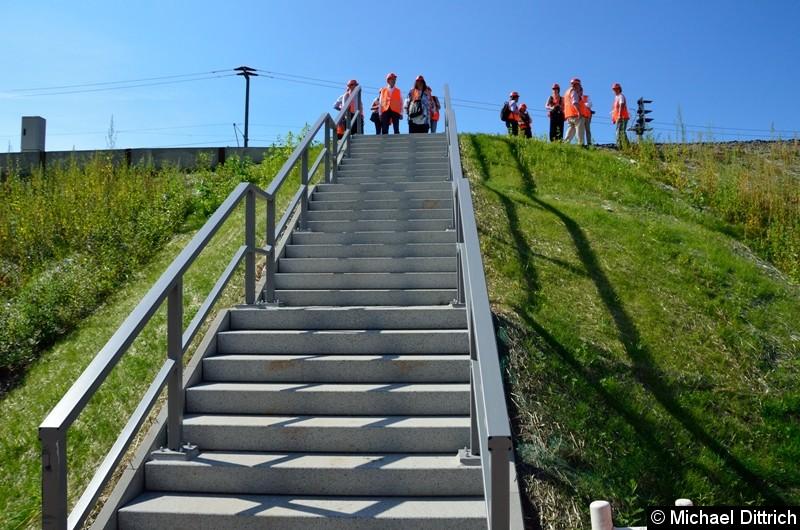Sollte ein Zug vor oder auf der Brücke evakuiert werden müssen, so kann über diese Treppe ein Notausgang erreicht werden.