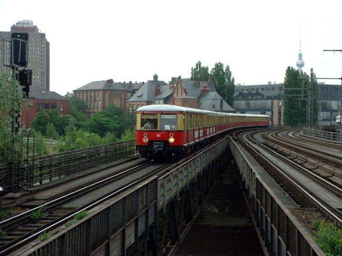 Bild: Einfahrt eines Zuges der Baureihe 477 aus Richtung Friedrichstraße.  Aufgenommen am 20.06.2002
