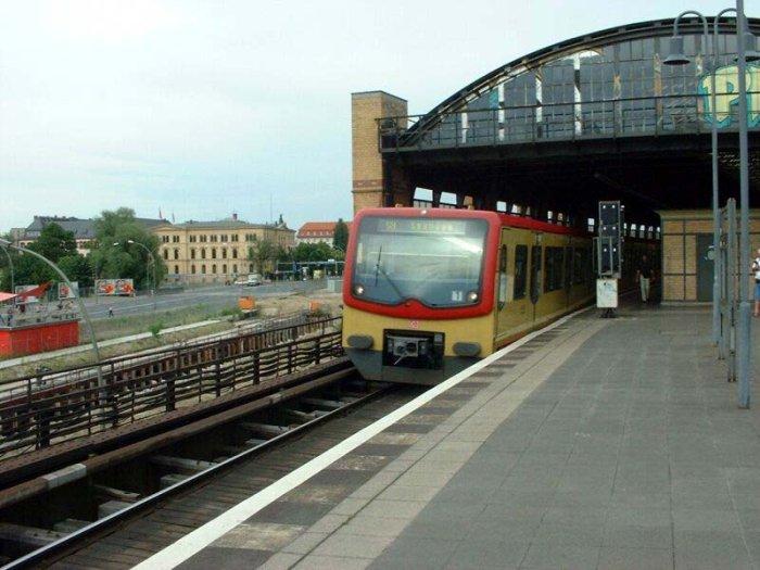 Bild: Ausfahrt eines Zuges der BR 481. Aufgenommen am 21.06.2002
