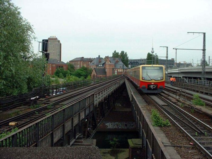 Bild: Ein ausfahrender Zug in Richtung Friedrichstraße. Im Hintergrund ist die Charité zu sehen. Aufgenommen am 21.06.2002