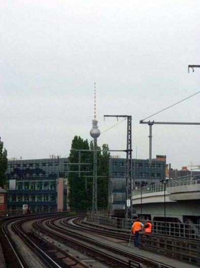 Bild: Blick auf den Fernsehturm. Das die Kugel auf dem Fahrleitungsmast steht, ist allerdings ein Gerücht. Aufgenommen am 21.06.02