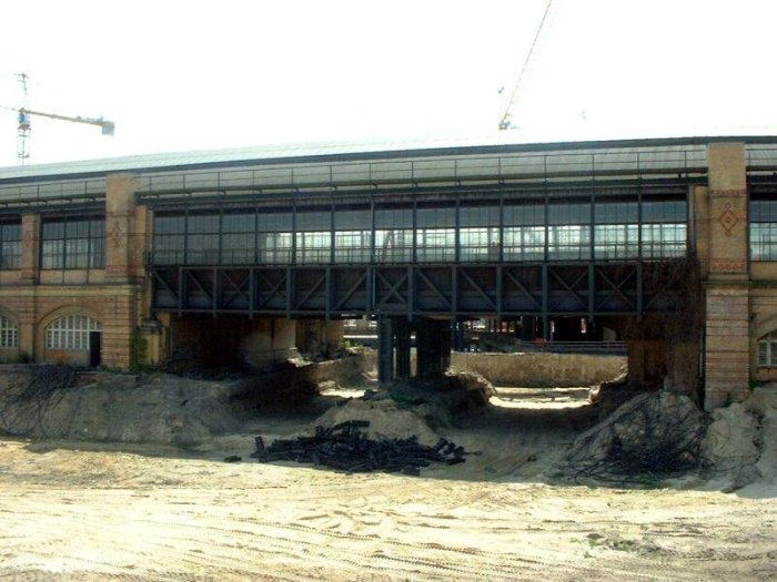 Bild: Blick auf eine Brücke des alten Bahnhofes. Aufgenommen am 22.06.2002