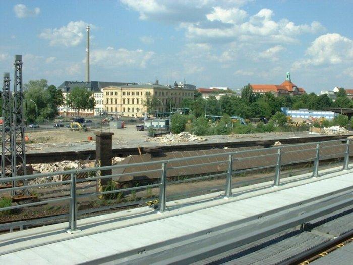Bild: Blick in Richtung Hamburger Bahnhof. Von der Halle ist nichts mehr zu sehen. Aufgenommen am 05.07.2002