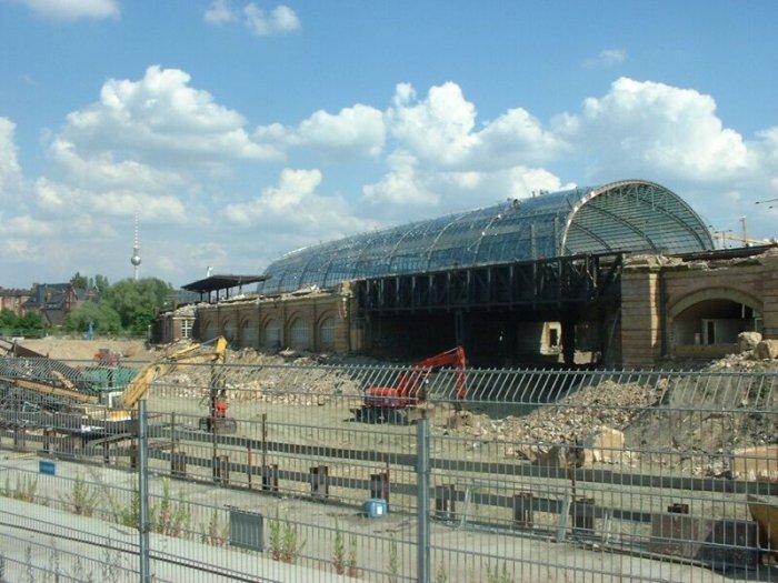 Bild: Blick in Richtung Charité. Im Hintergrund die neue Halle.  Aufgenommen am 05.07.2002