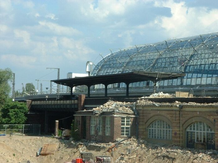 Bild: Blick auf den östlichen Freibahnsteig. Das S-Bahn-Signet wurde bereits entfernt. Aufgenommen am 05.07.2002