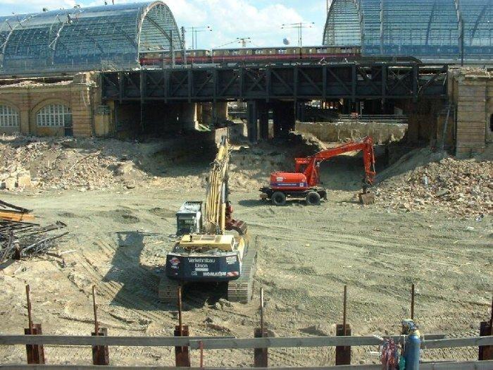 Bild: Die Brücke in der Mitte des Bahnhofs. Aufgenommen am 05.07.2002
