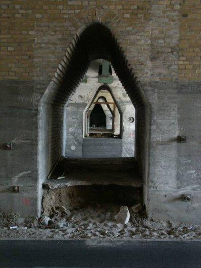 Bild: Auch dieser Blick dürfte bald der Vergangenheit angehören. Diesen Blick bekommt man unter dem Viadukt der alten Stadtbahntrasse. Aufgenommen am 05.07.2002 Foto: Lennart Blume