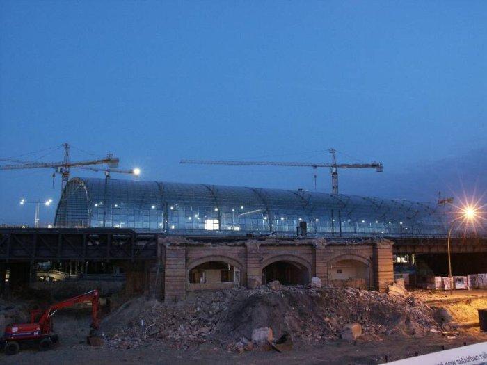Bild: Blick auf den ehem. Eingang bei Dunkelheit. Im Hintergrund die neue Halle. Aufgenommen am 05.07.2002 Foto: Lennart Blume