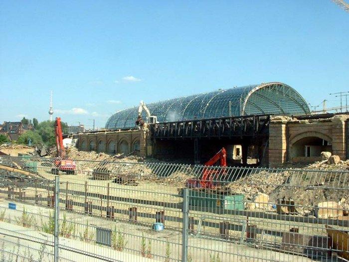 Bild: Nun ist auch das Dach vom Freibahnsteig weg. Der