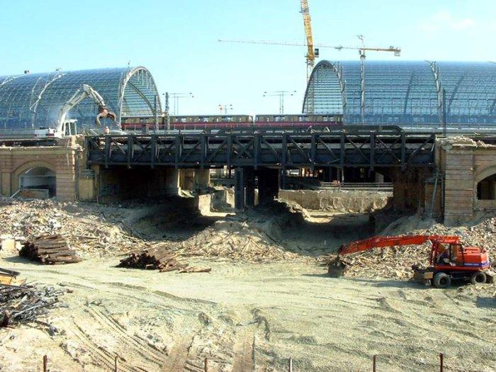 Bild: Die Brücke. Hier wurde auch schon Baufreiheit geschaffen.  Aufgenommen am 08.07.2002