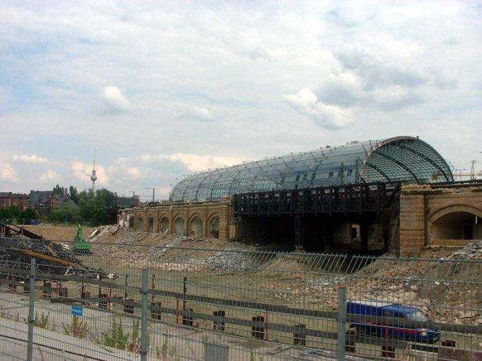 Bild: Ein Blick in Richtung Charité zeigt nur wenig Veränderung.  Aufgenommen am 12.07.2002