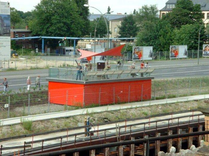 Bild: Eine Info-Box, ähnlich der am Potsdamer Platz. Von da aus kann man den Abriss des Bahnhofes beobachten und Infos bekommen. Aufgenommen am 21.06.2002