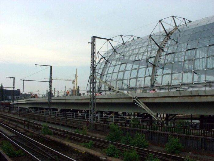 Bild: Blick auf den neuen von vom Bahnhof. Blickrichtung: Friedrichstraße. Aufgenommen am 20.06.2002