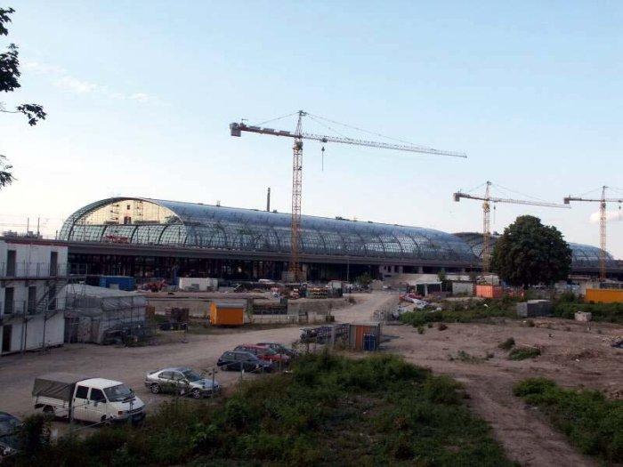 Bild: Blick auf den neuen Bahnhof.  Aufgenommen am 28.06.2002 Foto: Lennart Blume