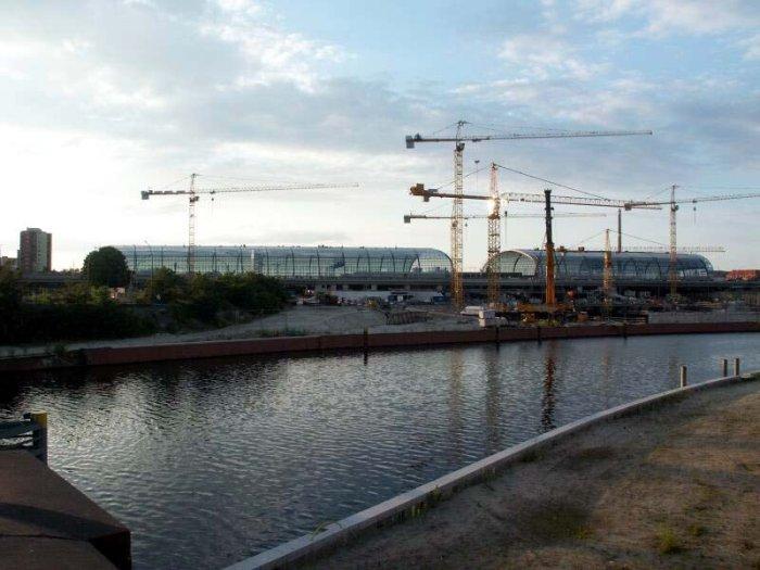 Bild: Der neue Bahnhof von der anderen Seite der Spree.  Aufgenommen am 28.06.2002 Foto: Lennart Blume