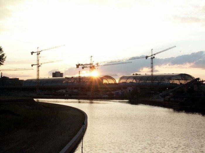 Bild: Der Sonnenuntergang am neuen Bahnhof. Aufgenommen am 28.06.2002 Foto: Lennart Blume